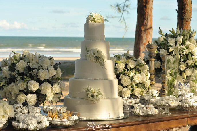 mesa para casamento com flores brancas