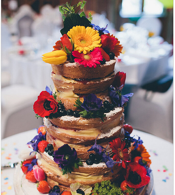 Naked cake decorado con flores y frutas naturales. Foto: We Heart Pictures