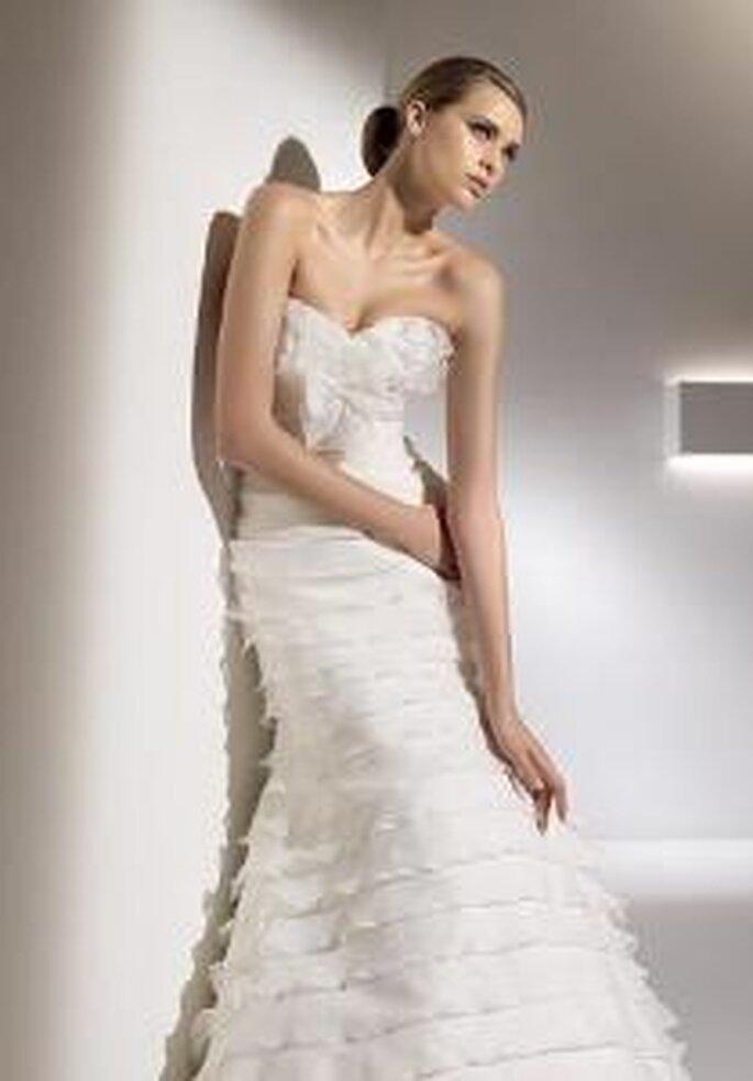 Pronovias 2010 - Galatea, vestido largo ajustado, escote palabra de honor en corazón con volados suaves