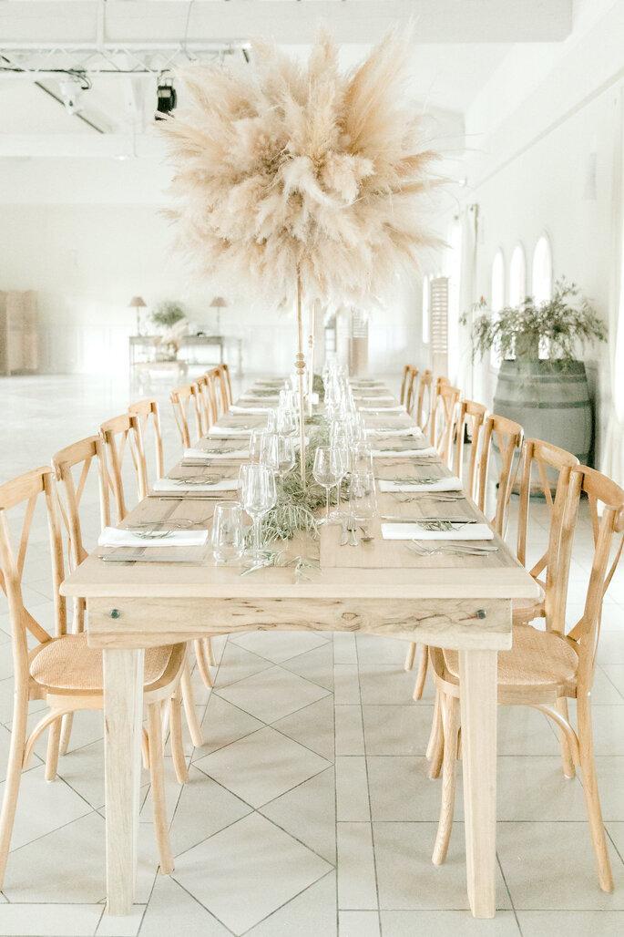 Une table en bois décorée dans un style chic et champêtre pour la réception de mariage