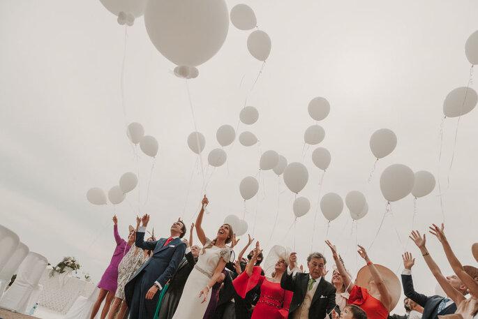 invitados tirando globos