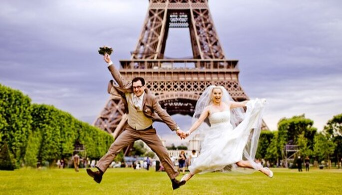 Hochzeitsfotos mit dem Eiffelturm im Hintergrund. Paris die Stadt der Liebe. Foto: Katja Schünemann. www.ks-weddings.de