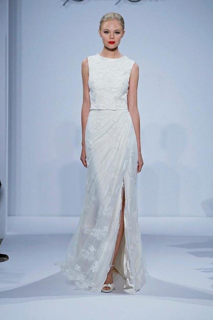 Vestido de novia con silueta recta sin mangas y abertura al frente - Foto Dennis Basso