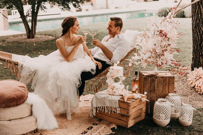 Elopement Fun Wedding Shooting Setting Picknick Brautpaar in Haengematte