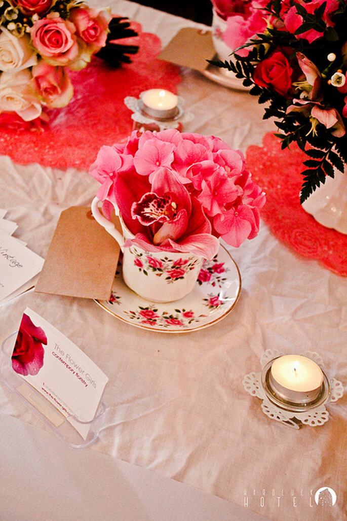 Estilo vintage en la decoración de la mesa con tonos fucsias. Foto: Keith Bloomfield