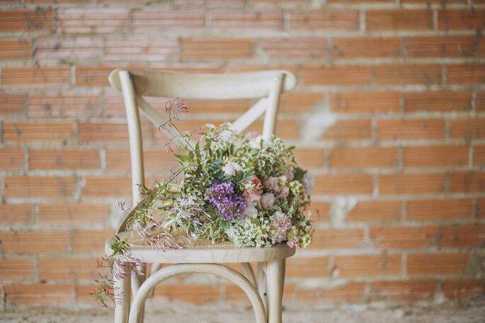 sillas de una boda en granero