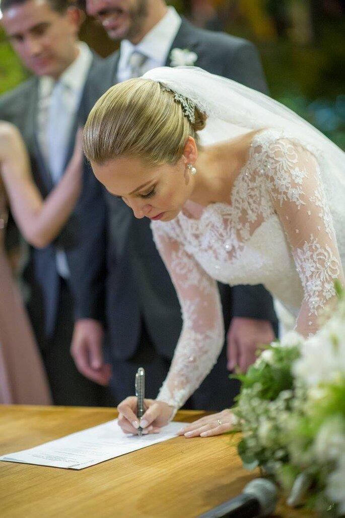 noiva assina registro cerimônia