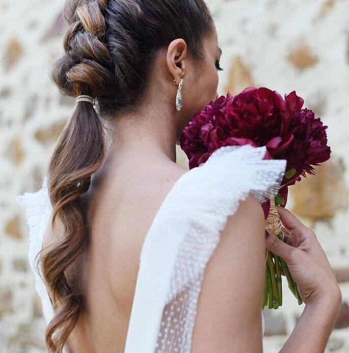 Peinado de novia con trenza al inicio y coleta hacia el final