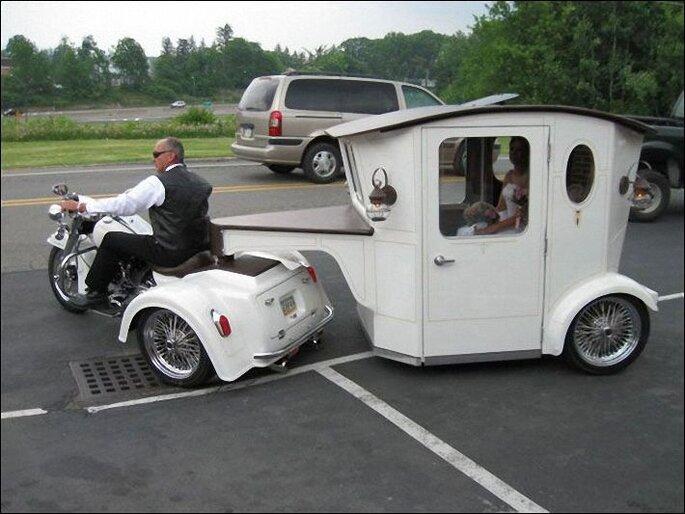 Moto con carruaje para llevar a la novia detrás