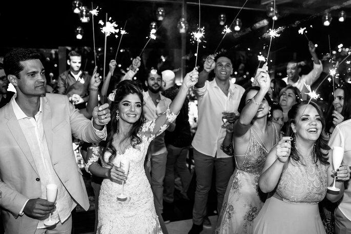 Noivos com luminosos em festa de casamento
