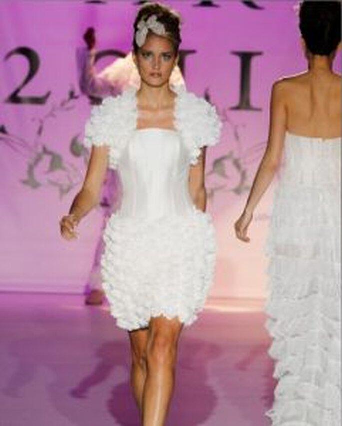 Novia d´Art 2011 - Kurzes Kleid, rüschiger Rock und Ärmel, schlichtes Oberteil