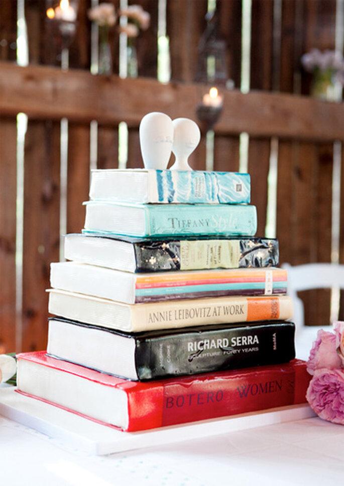 Pastel de boda con forma de pila de libros, de Roxycakes. Foto: 5ive15ifteen