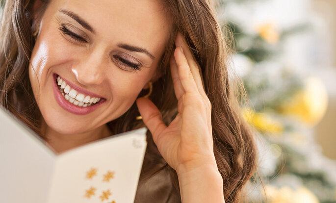 Frau liest dankeskarte