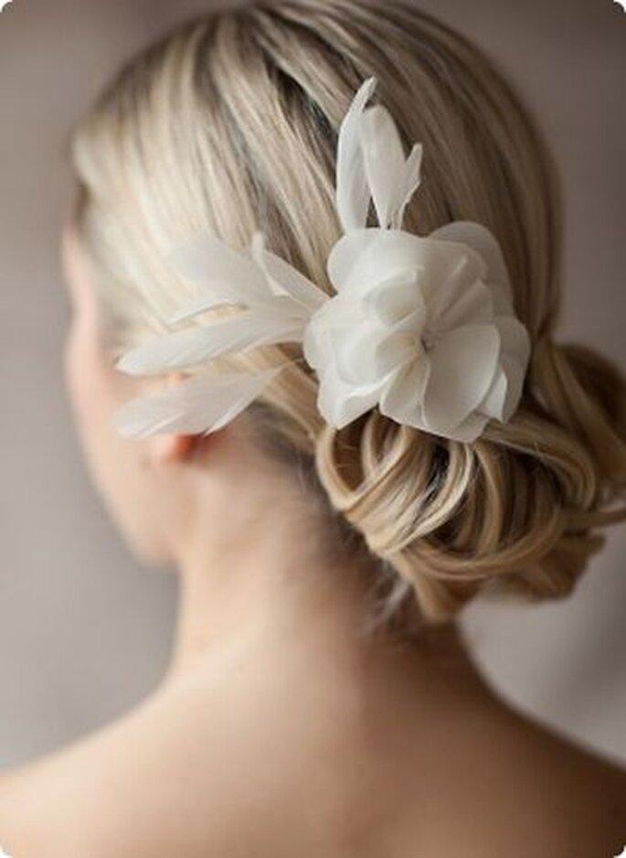 Haarkamm Modell Stella - Extravaganter Haarschmuck mit feiner Seidenblüte. Im Blütenkelch sind funkelnde Swarovski-Kristalle eingearbeitet.