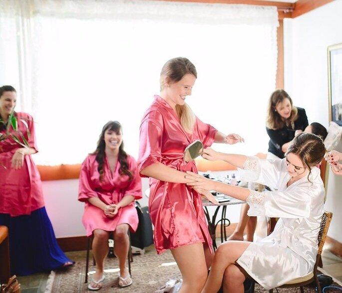 Noiva com madrinhas momentos antes de casamento em BH