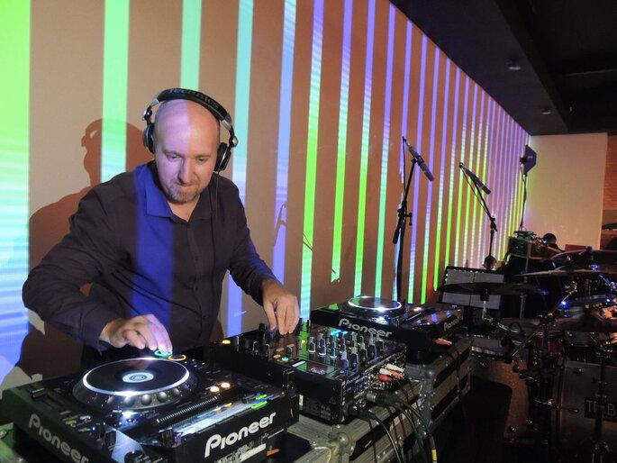 DJ Fabio Reder tocando seu setlist