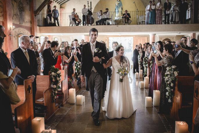 Novios entrando a la iglesia para casarse