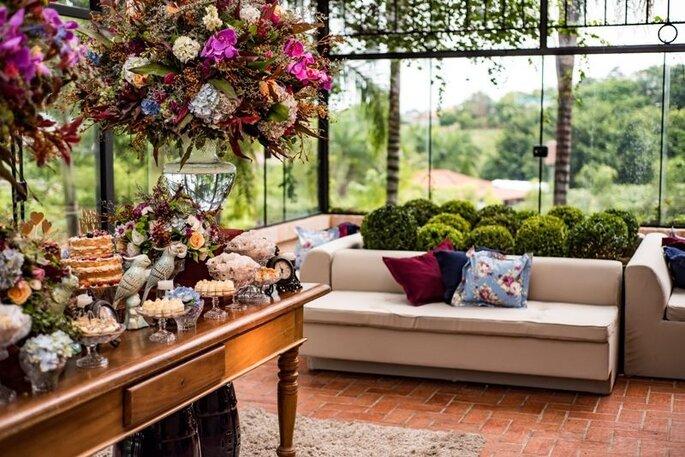 Decoração parte de um desejo dos noivos, flores, coloridos, peças tradicionais e rústicas