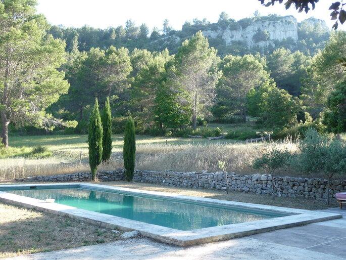 Un mariage au bord d'une piscine dans un cadre champêtre