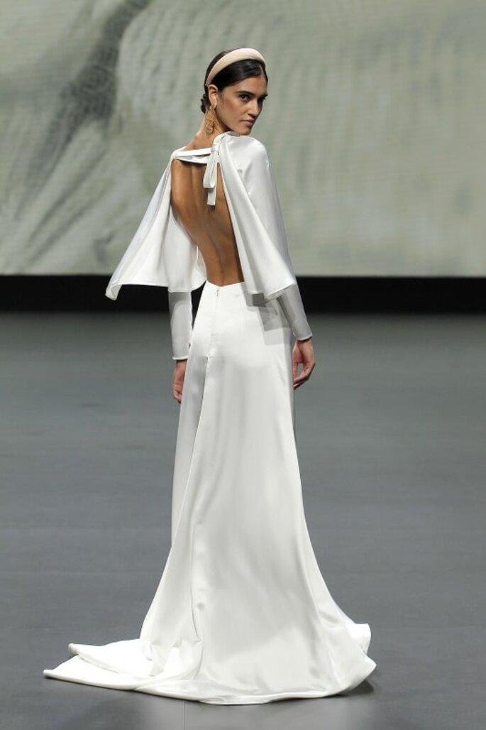 Vestido de novia vintage con mangas largas con botones y escote por la espalda