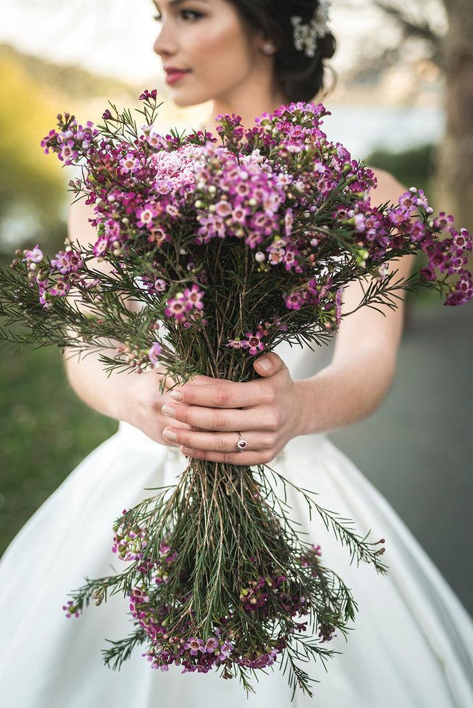 noiva com bouquet silvestre ultravioleta