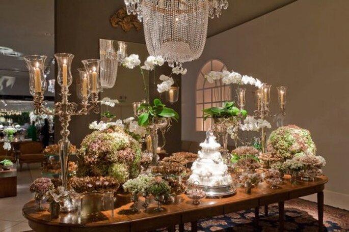 Mesa con arreglos florales, velas y Candelabro. Imagen Boutique de Tres