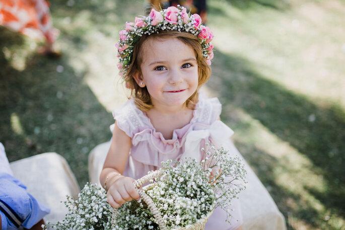 menina com cora de flores e cesto com flores casamento