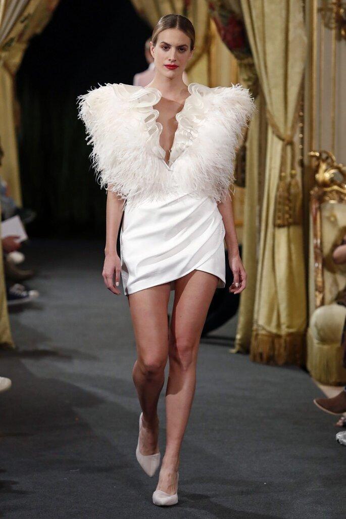 Vestido de novia corto con escote en V decorado con plumas