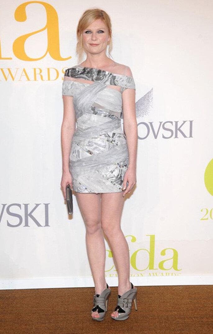 Kirsten Dunst by Rodarte y un mínimo bolso muy trendy de Ferragamo