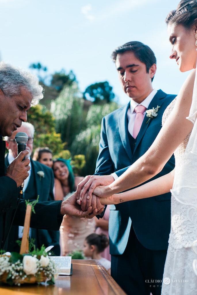Padre abençoa alianças em casamento Boho Chic
