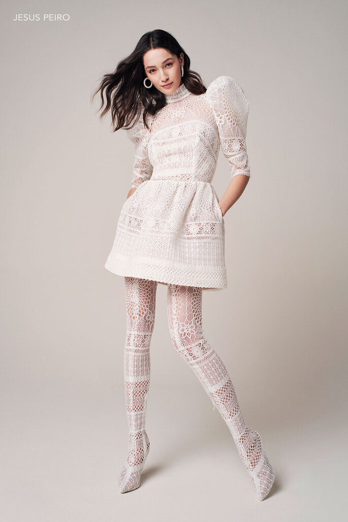 Vestido de novia para boda civil Jesus Peiro Minivestido con mangas de gran volumen en guipur de algodón efecto celosía.