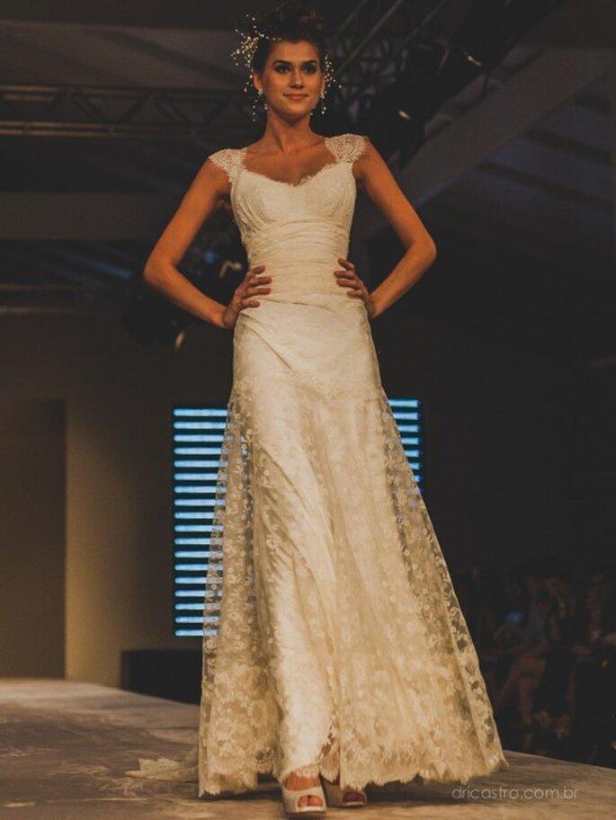 Bonita combinação de vestido de noiva da Bibi Barcellos com acessório de cabeça da Graciella Starling no Bride Style 2013. Foto: Dri Castro
