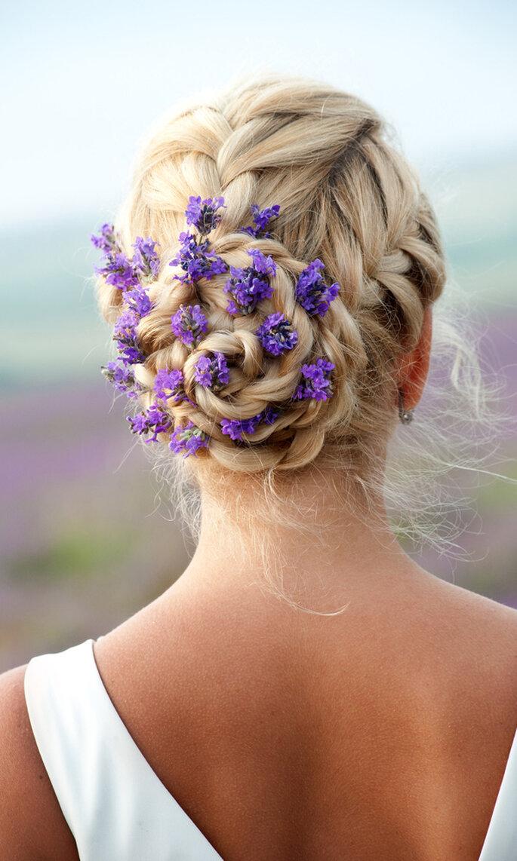 Pelo recogido con flores lavanda. shutterstock_144001648