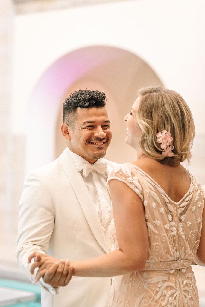 Pool Love Inspirationsshooting im Oderberger Stadtbad Brautpaar