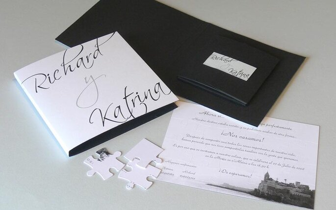 Sobria invitación en blanco y negro con sobre contenedor en su interior