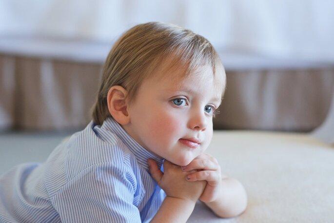 menino louro com olhos azuis camiseiro às riscas azuis casamento