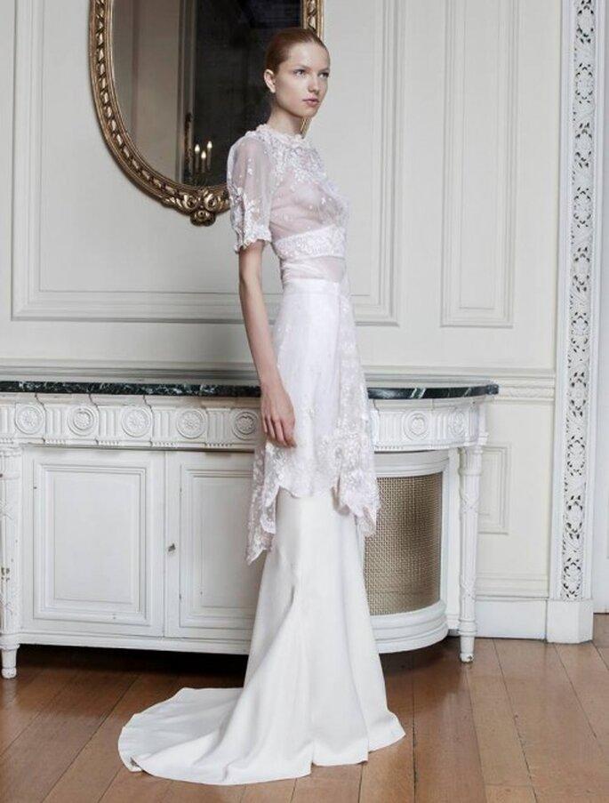 Vestido de novia con mangas al codo, apliques de pedrería y cauda barrida - Foto Sophia Kokosalaki