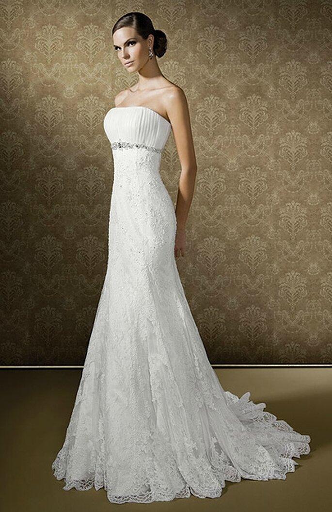 Vestido sencillo, escote strapless y corte imperio. Bridenformal