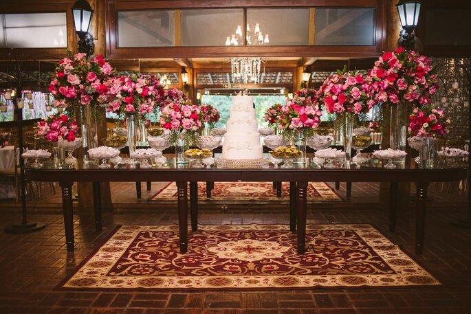 Mesa de bolos e doces decorada