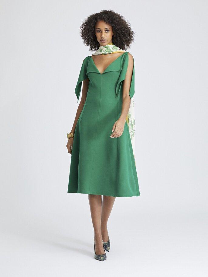 Vestido sencillo largo midi verde con mangas y escote plisado en V