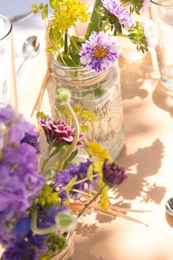 Detalles en color violeta para la decoración de tu boda - Foto Elle Photography