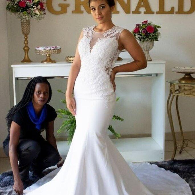 Cris Santos auxilia a noiva a colocar o vestido