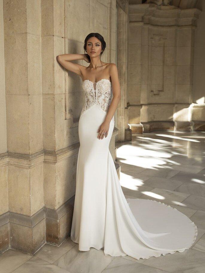 Pronovias Vestido de novia en escote corazón vestido de corte sirena en crepe con un cuerpo de encaje guipur y espalda con hilera de botones y una cola de corte circular