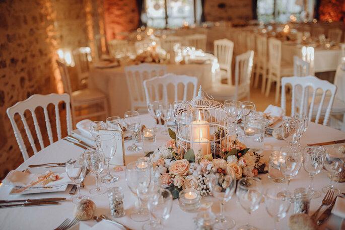 Les tables de la salle de réception du Domaine de la Thibaudière joliment dressées