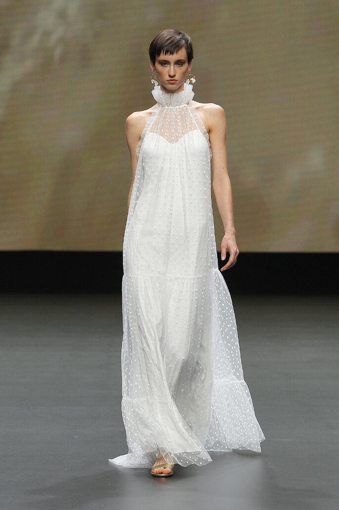 Vestido de novia de corte recto con huello halter ideal para bajitas