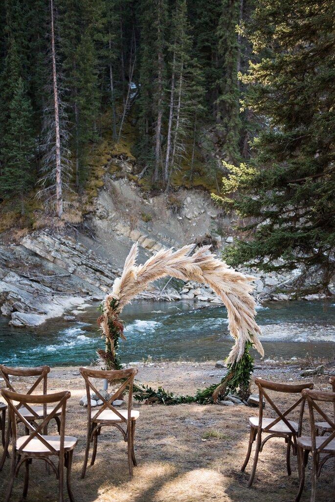Traubogen freie Trauung in freier Natur Fluss