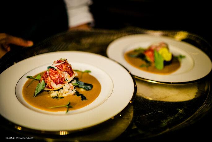 Assiettes préparées par le traiteur pour un repas de mariage.