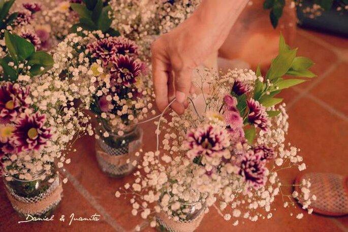 Detalles con flores naturales para la decoración de las mesas. Foto: Juya Photographer