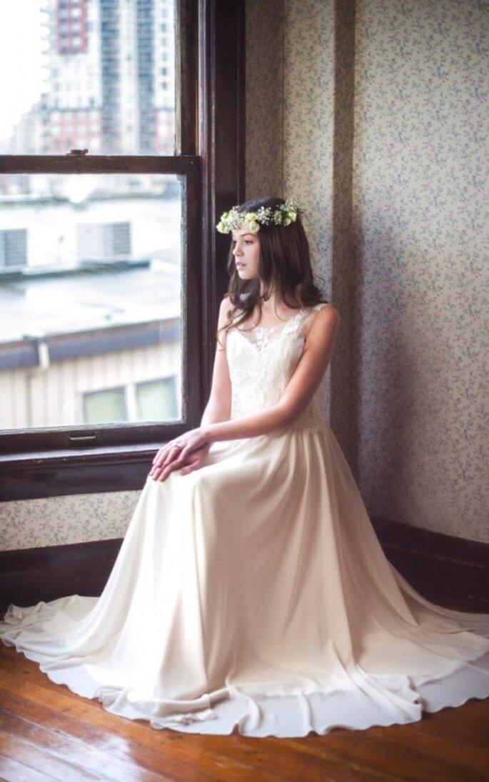 Vestido de novia con cuello ilusión y falda amplia - Foto Blush Wedding Photography