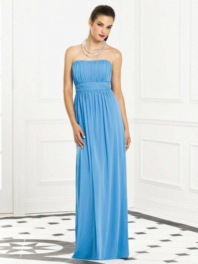 Vestido para dama de boda largo en color azul cielo con caída elegante y escote strapless - Foto Dessy